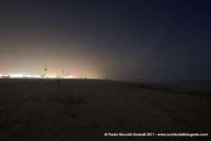 Atmosfera magica sul mare in notturna